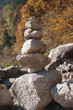 galets en équilibre dans un paysage de montagne en automne