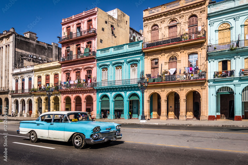 Fotografija  Old Havana downtown Street - Havana, Cuba