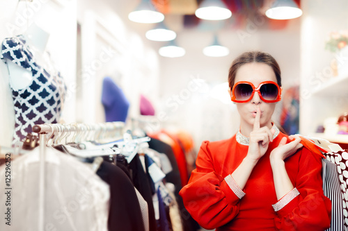 Fotografia Shopping with Big Sunglasses Woman Keeping a Secret