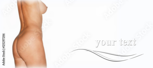 Cuerpo de mujer, perfil, aislado sobre fondo blanco, desnudo
