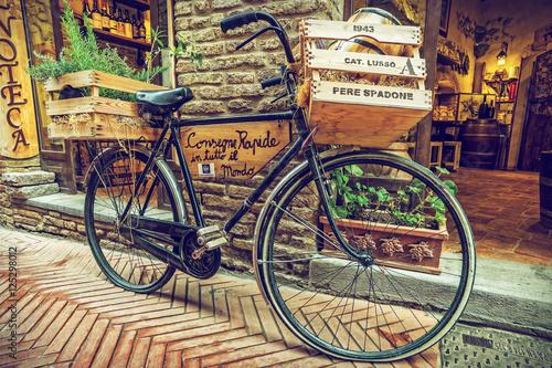 Obraz Rower w stylu retro, uliczka w San Gimignano, Toskania, Włochy - fototapety do salonu