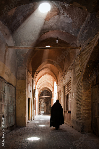 Poster Moyen-Orient Woman in Veil Passing through Grand Old Bazaar of Yazd