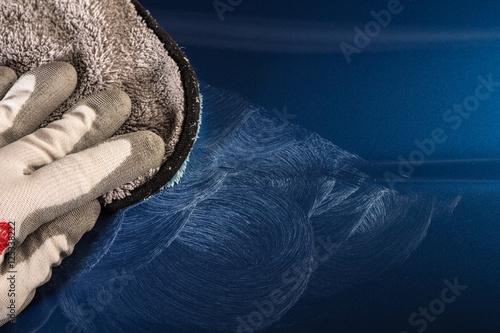 Photo  kratzer aus autolack auspolieren mit polierschwamm