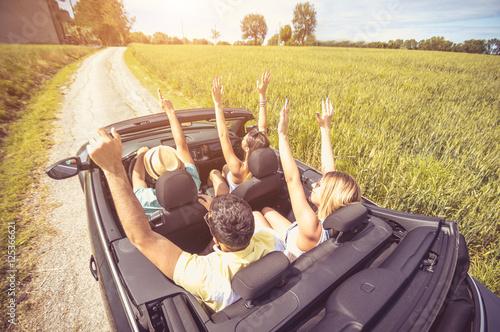 Zdjęcie XXL Grupa najlepsi przyjaciele ma zabawę przy samochodową wycieczką