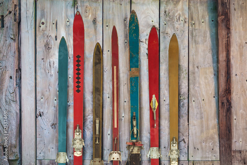 Poster Glisse hiver Collection of vintage wooden weathered ski's