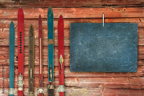 Poster Wintersporten Collection of vintage wooden weathered ski's