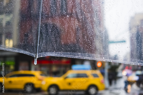 Deurstickers New York TAXI raining in New York City