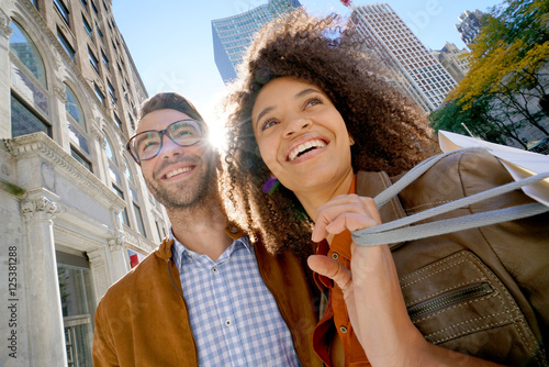 Photo  Cheerful couple doing shopping in New York city