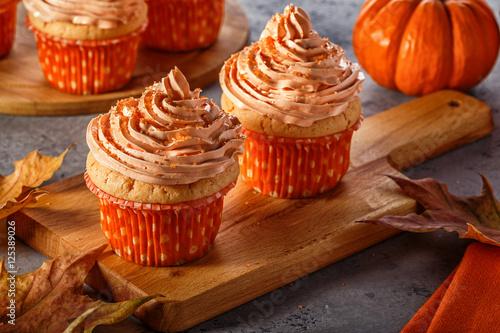 Cadres-photo bureau Dessert Pumpkin cupcakes with glitter sugar sprinkles.