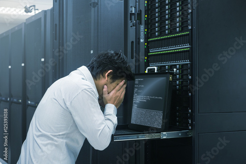Fotografía System administrator fail working in data center