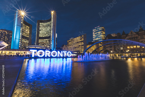 Tuinposter Toronto Nathan Phillips square in Toronto at night