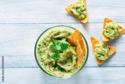 Fotografía  Bowl of guacamole with tortilla chips