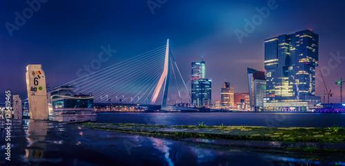 Staande foto Rotterdam Skyline von Rotterdam bei Nacht