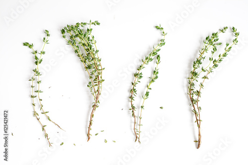 Pinturas sobre lienzo  fresh thyme top view on white background