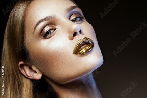 Beautyful girl with gold glitter on her face and body Plakat