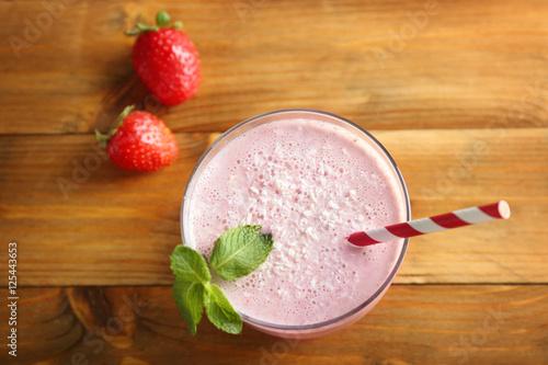 Foto op Aluminium Milkshake Delicious strawberry milkshake with mint on wooden background