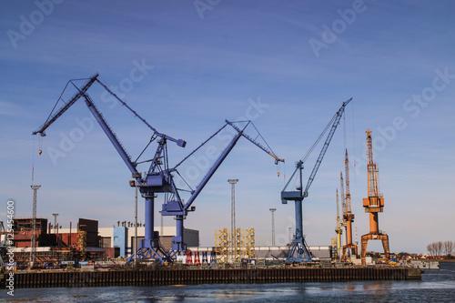 Fotografía Loading terminal with cranes at rostock harbor