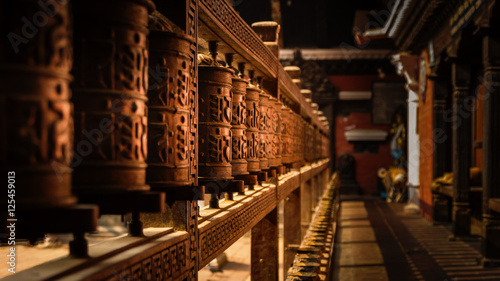 Fotografia Wooden Prayer Wheels in a temple in Kathmandu, Nepal