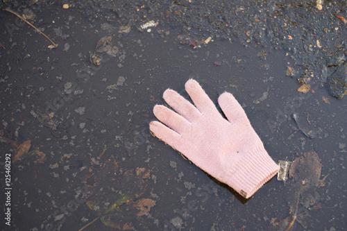 Obraz damska rękawiczka w kałuży - fototapety do salonu