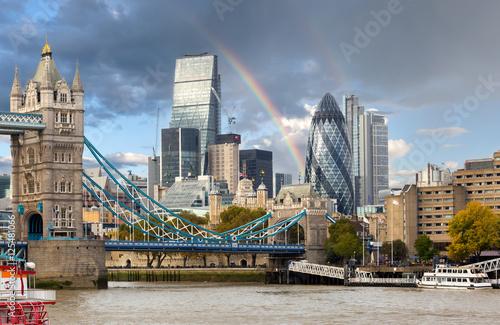 kolorowa-tecza-nad-tower-bridge-londyn-wielka-brytania
