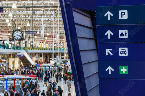 Foto auf AluDibond Bahnhof Directional signs at Waterloo station in London