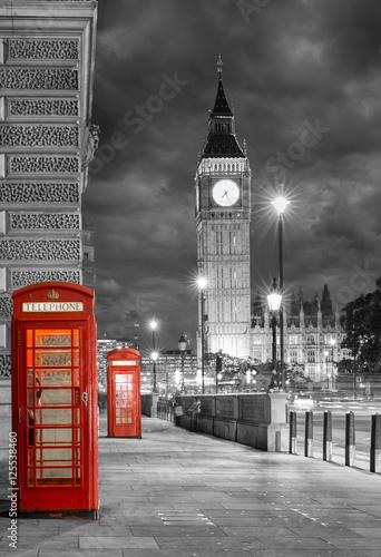 Obraz w ramie Rote Telefonzellen bei Nacht vor dem Big Ben in London mit bewölktem Himmel