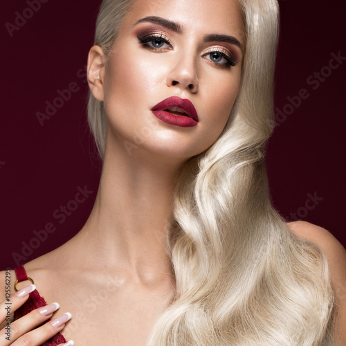 Αφίσα  Beautiful blonde in a Hollywood manner with curls, red lips, red lingerie