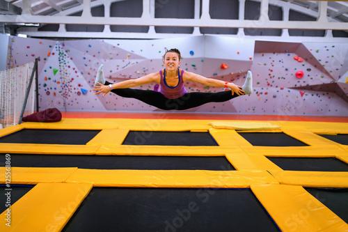 mlody-sportowiec-skacze-na-trampolinie-i-robi-rozlam-w-pomieszczeniu