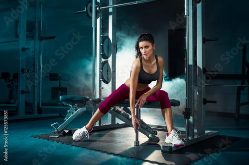 Obraz Fitness, trening, dziewczyna odpoczywa po treningu z hantlami - fototapety do salonu