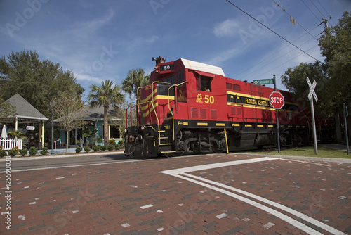 Fotografía  Mount Dora Florida USA - October 2016 - A freight pulling locomotive passing through the center of Mount Dora a small Florida town