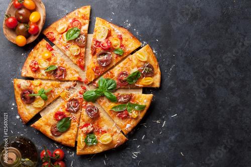 pizza-z-pomidorami-mozzarella-i-bazylia