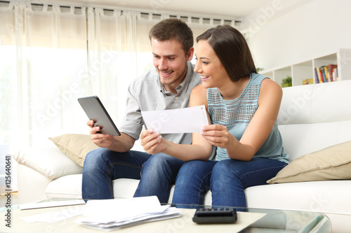 Fotografía  Happy couple checking bank account online