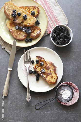 Papiers peints Nourriture French toast with honey,fresh blackberries and dusted with icing