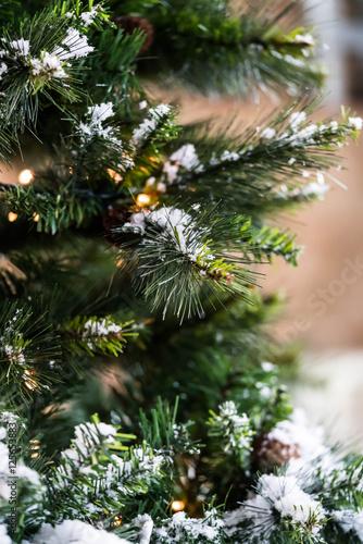 Albero Di Natale Con Decorazioni Neve Luci E Sfondo Sfocato