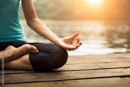 Poster Ecole de Yoga Close up hand. Woman do yoda outdoor. Woman exercising yoga at the nature background, select focus