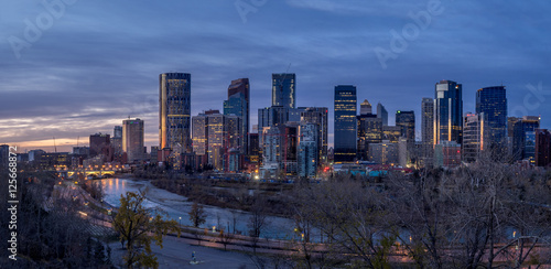 Photo Stands Beijing Calgary's skyline at sunrise along the Bow River.