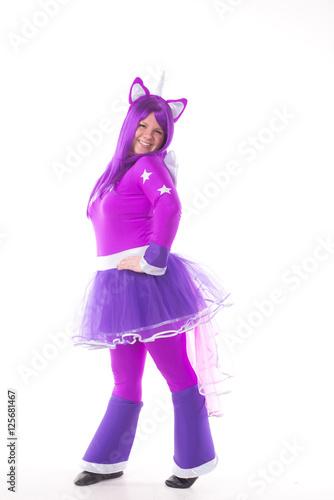 Fotografía  Портрет в полный рост молодой девушки в карнавальном костюме пони фиолетового цв