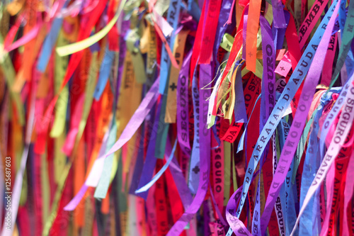 Deurstickers Paradijsvogel Friendship ribbons in Arraial D'Ajuda, Brazil