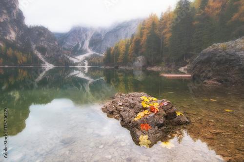 Plakat Jesieni sceneria Jeziorny Braies w dolomitów Alps, Włochy