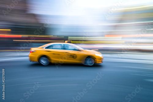 Zdjęcie XXL NYC taxi w ruchu. Niewyraźne obrazy o długim czasie ekspozycji.