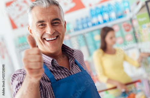 Foto Supermarket clerk giving a thumbs up