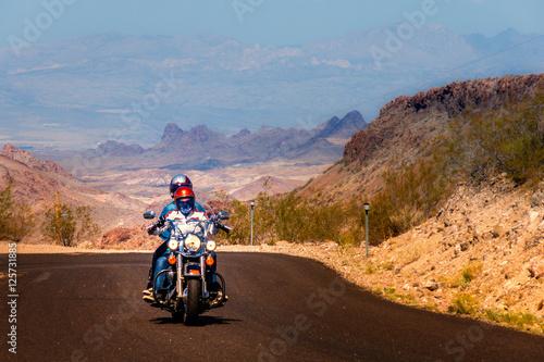 In de dag Route 66 Biker driving on the Highway on legendary Route 66 to Oatman, Arizona.