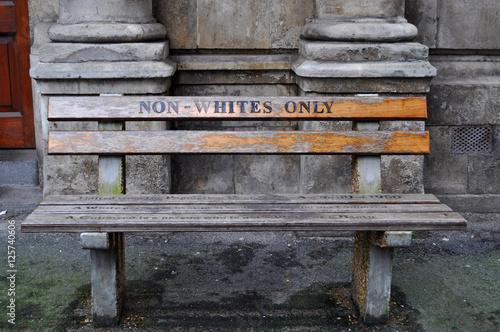 Foto op Plexiglas Zuid Afrika Città del Capo, 30/09/2009: la panchina Solo per Non Bianchi a Queen Victoria Street realizzata dall'artista Roderick Sauls per ricreare le panchine per bianchi e neri usate durante l'apartheid