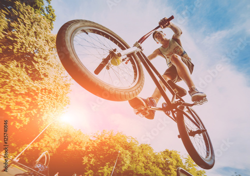 Photo Boy jumping with his bmx in the park.