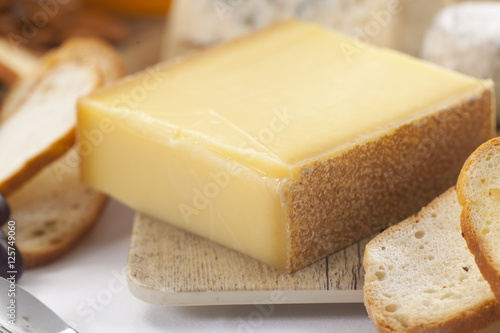 Staande foto Zuivelproducten Parmesan cheese on cutting board on wooden background