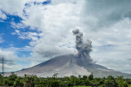 Foto auf Leinwand Vulkan Eruption of volcano. Sinabung, Sumatra, Indonesia. 28-09-2016