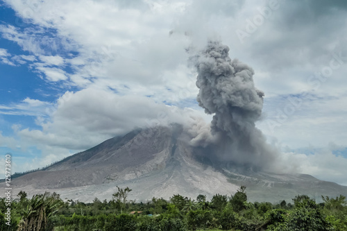 Poster Vulkaan Eruption of volcano. Sinabung, Sumatra, Indonesia. 28-09-2016