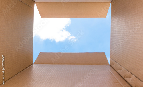 """Foto  Concept image """"Thinking Outside the Box"""" - Inside a cardboard with clear sky"""