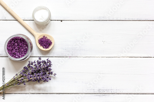 Fotografía  ingredients for manufacture of natural cosmetics with lavender top view