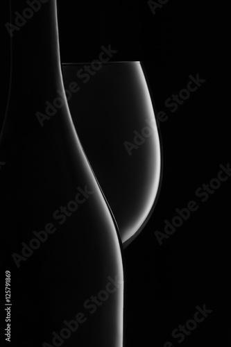 butelka-i-kieliszek-bialego-wina-na-czarno